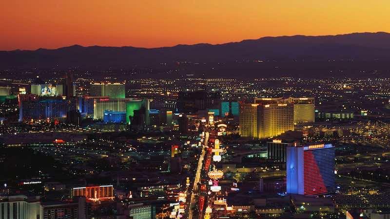 Vista da Avenida The Strip ao anoitecer em Las Vegas